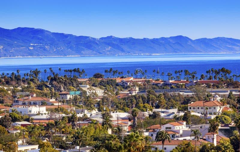Oceano Pacifico Santa Barbara California della linea costiera delle costruzioni immagine stock