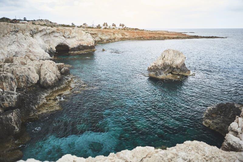 Oceano pitoresco perto da costa rochosa imagens de stock royalty free