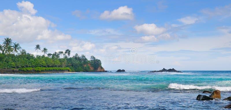 Oceano, praia pitoresca e céu azul Foto larga imagem de stock