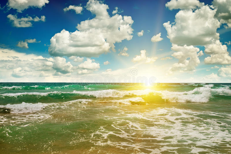 Oceano, Sandy Beach, céu azul e nascer do sol imagens de stock royalty free