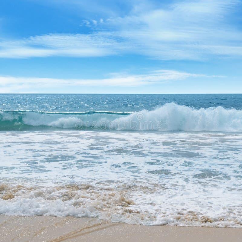 Oceano, Sandy Beach e céu fotografia de stock royalty free