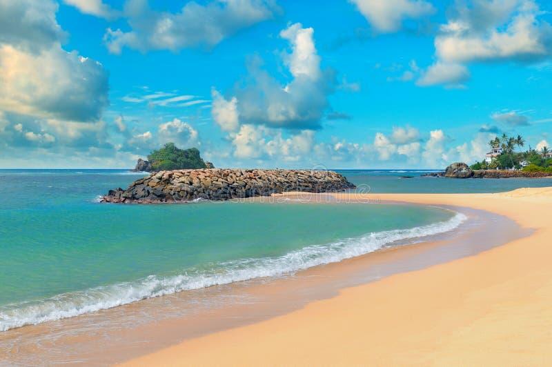 Oceano, Sandy Beach e céu foto de stock royalty free