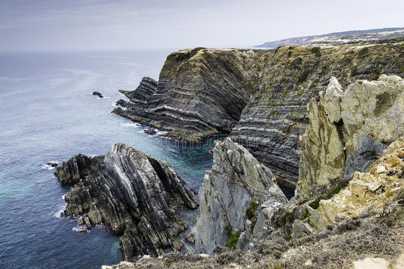 Oceano selvaggio blu alla costa protugal fotografia stock libera da diritti