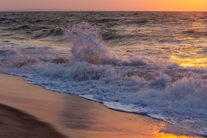 Oceano tempestoso del Madagascar a tempo di tramonto fotografie stock