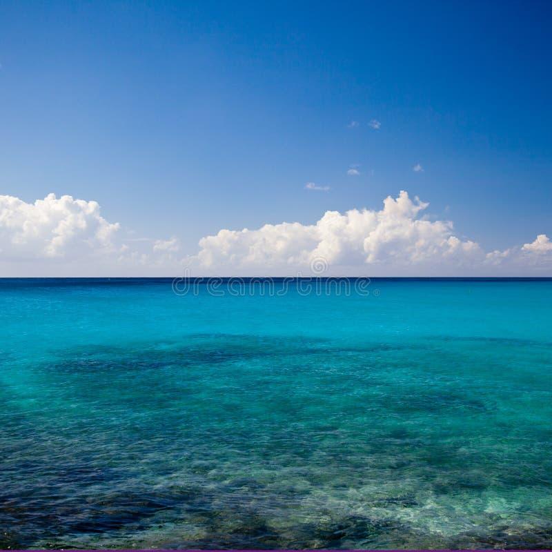 Oceano tropical azul dos azuis celestes calmos fotos de stock royalty free