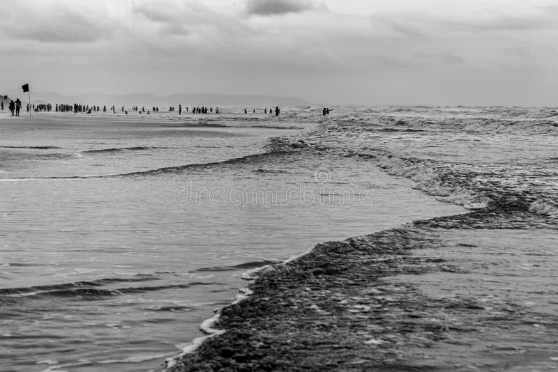 Oceano turbulento, pessoa, evacuação da guerra imagens de stock royalty free