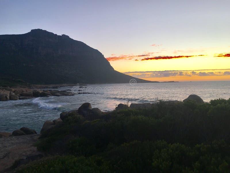 Oceano vicino alla montagna fotografia stock libera da diritti