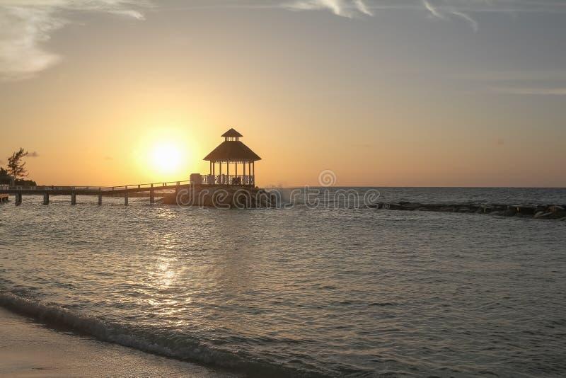 Oceanside Gazeebo pendant la plage image stock