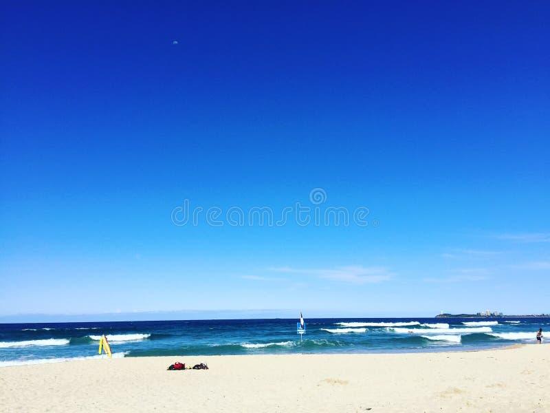 Oceanu światła słonecznego wybrzeża Queensland plażowego pływania piasków surfingowa linii horyzontu niebieskich nieb bezpieczny  obrazy royalty free