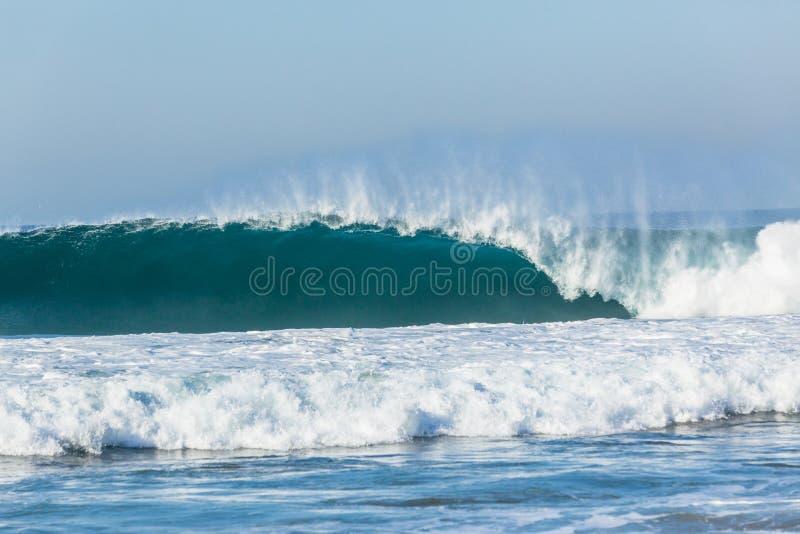 Oceanu błękita fali ściany Dudniąca Rozbija woda obrazy royalty free