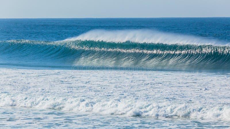 Oceanu błękita fali ściany kiści wiatru kiść obraz royalty free