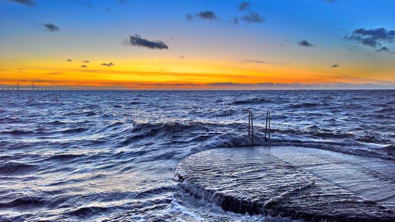 Oceanu molo przeciw zmierzchu niebu zdjęcia stock