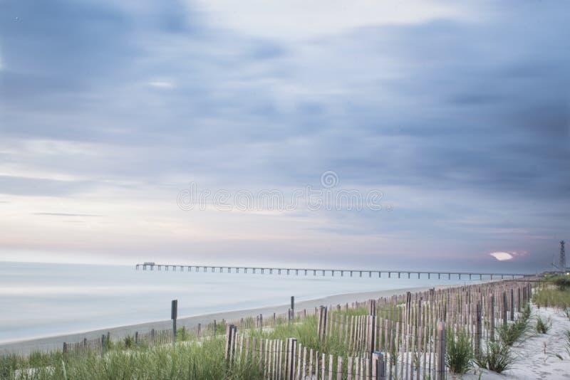Oceanu molo w kaczki P?lnocna Karolina bank?w Zewn?trznym wschodnim wybrze?u Stany Zjednoczone zdjęcia royalty free