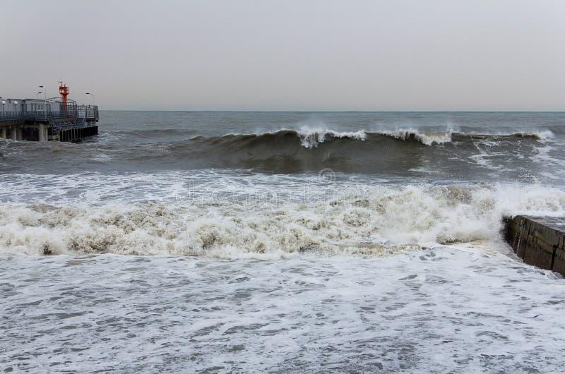 Oceanu Plażowy morze akumuluje wielką falową burzę zdjęcie royalty free