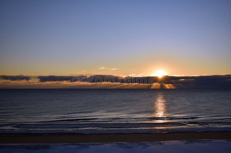 Oceanu ranku piękny wschód słońca w zimie zdjęcia stock
