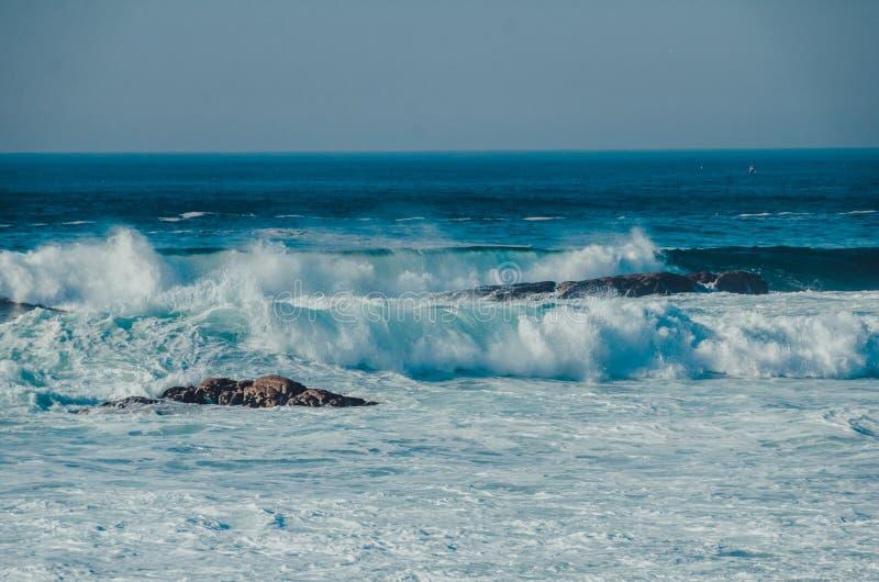Oceanu seascape podczas burzy z błękitem macha z pluśnięciami obraz royalty free