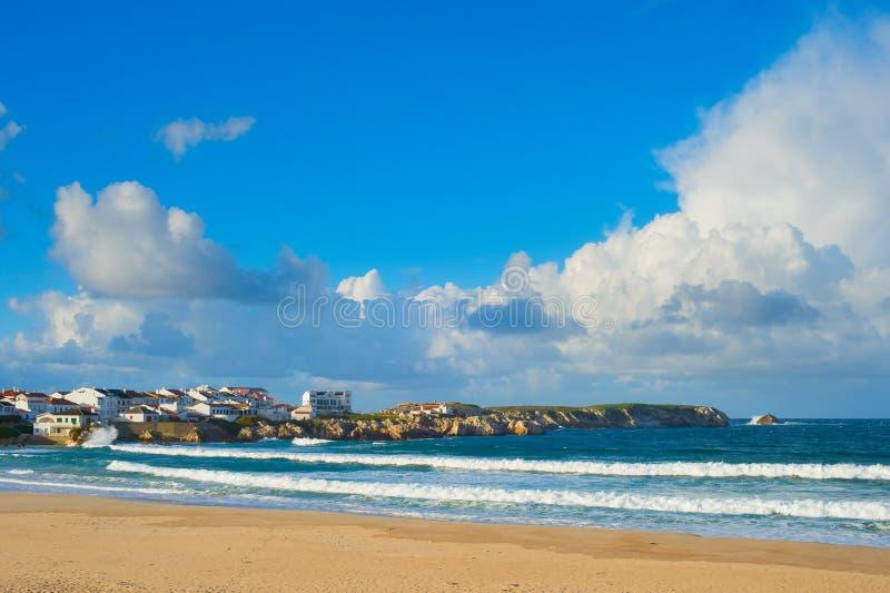 Oceanu seashore miasteczko Baleal, Portugalia obrazy royalty free