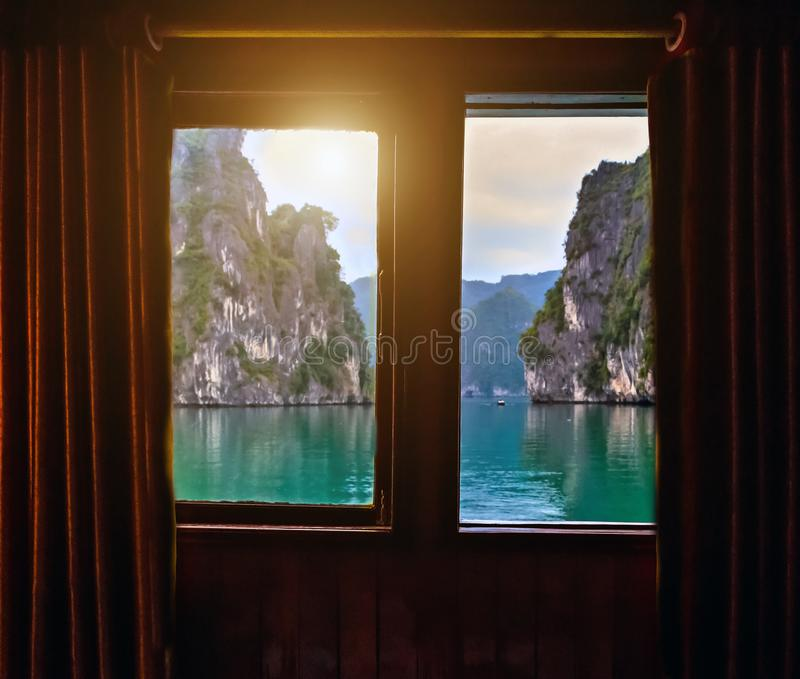 Oceanview Stateroom с заливом Halong окна стоковое фото