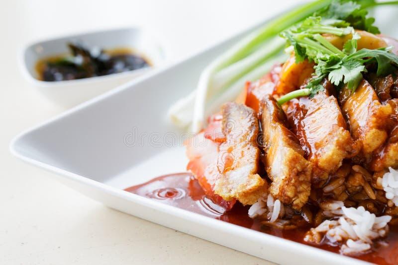And och Crispy Pork över Rice royaltyfri fotografi