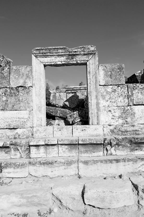 och den gamla konstruktionen för roman tempelhistoriepamukkale in som arkivfoton