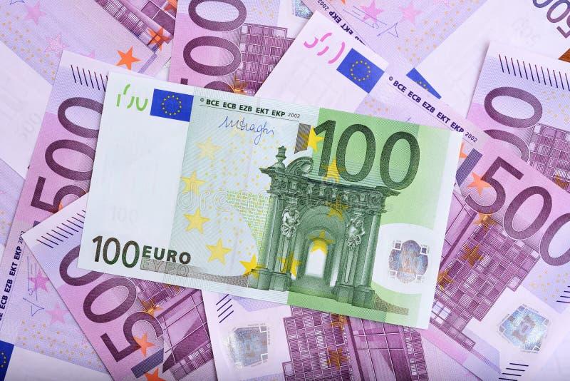 100 och 500 eurosedlar på tabellen royaltyfria foton