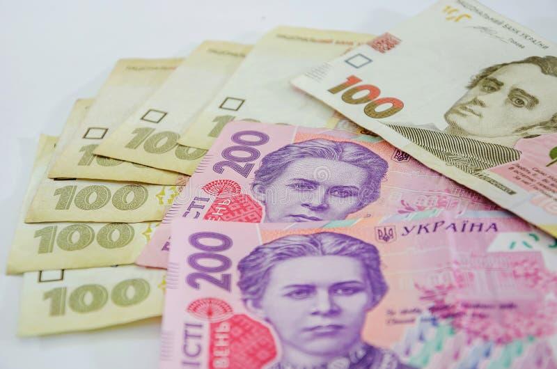 100 och 200 hryvniasedlar som isoleras på vit bakgrund royaltyfria foton