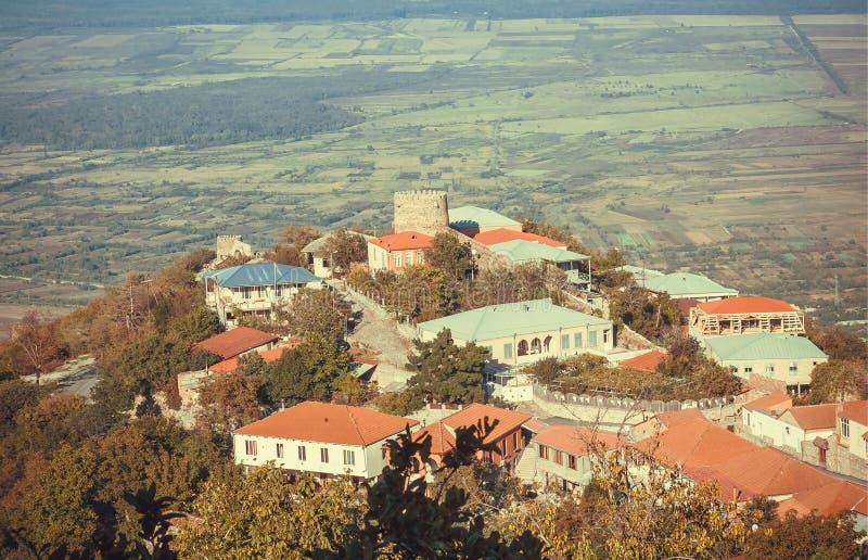 By och lantliga hem i stad över den gröna Alazani dalen i det Georgia landet Landskap av Kaukasus i winemakingområde royaltyfri bild