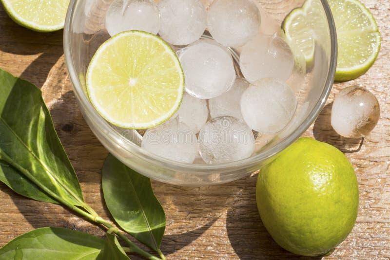 Is och limefrukt arkivbilder