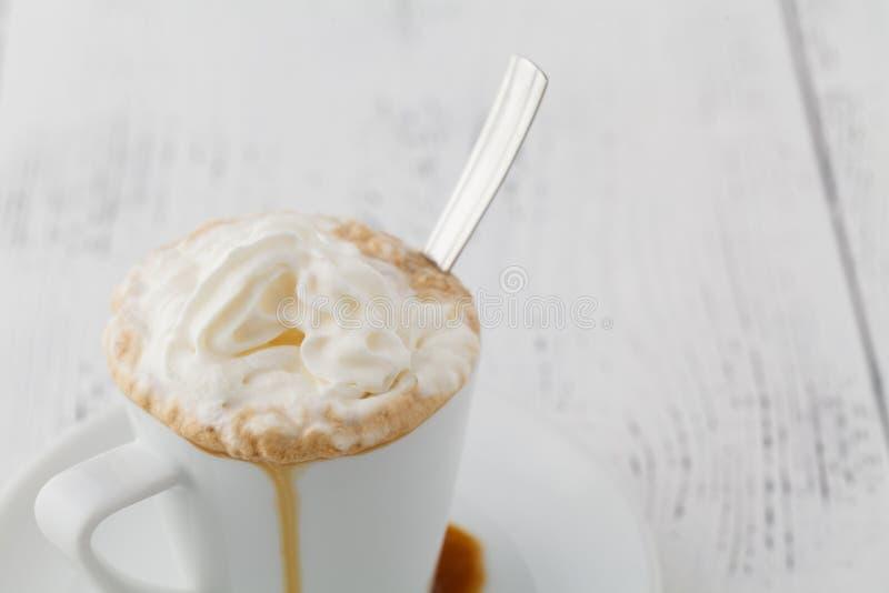 Is och slut för Whip Cream Frappe Coffee With chokladtoppning upp arkivbilder