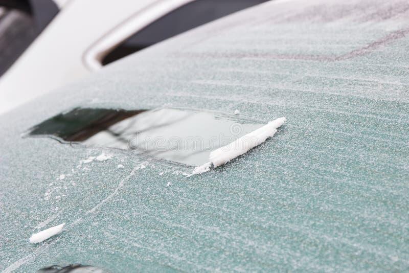 Is och snö på bilfönstret, vinterproblem i trans.begrepp arkivbilder