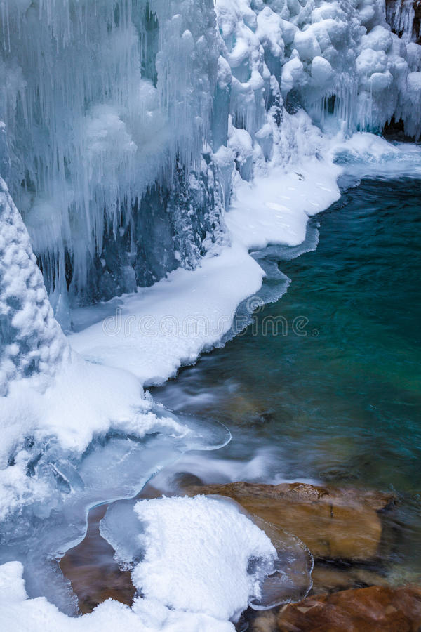 Is och vatten i Johnston Canyon, Banff nationalpark arkivbild
