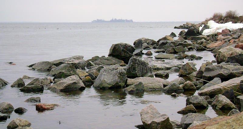 Ochacov Zimy Czarny morze Wyspa w Czarnym morzu rocky na plaży Głazy granit na brzeg Czarny morze zdjęcia royalty free