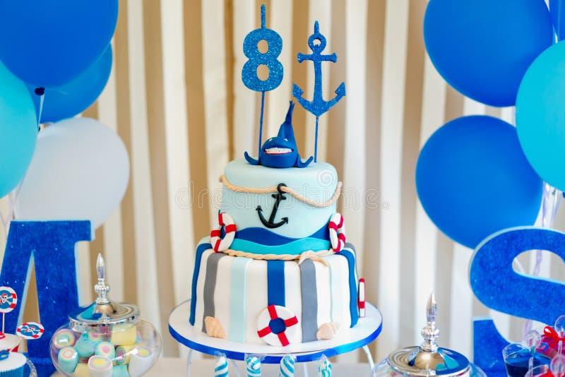 Ocho años torta del muchacho o de la muchacha foto de archivo