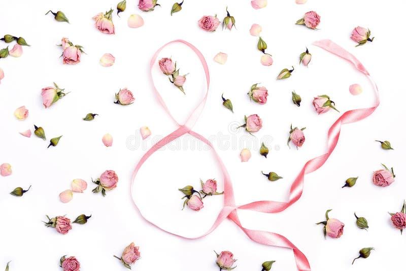 Ocho de cintas con las rosas rosadas en el fondo blanco Día del `s de las mujeres imágenes de archivo libres de regalías