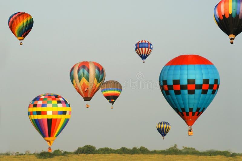 Globos coloridos en vuelo imagen de archivo