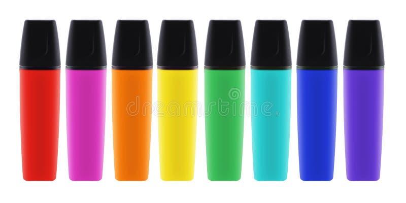 Ocho plumas coloreadas del highlighter con las tapas con la trayectoria de recortes imagenes de archivo