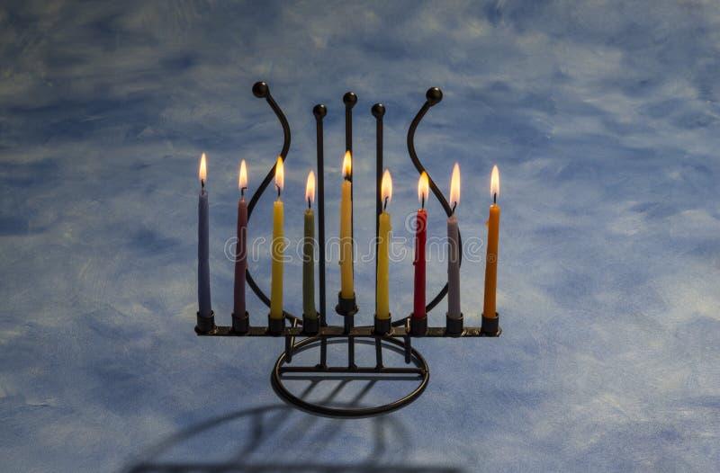 Ocho velas ardiendo de Jánuca en Menorah imagen de archivo