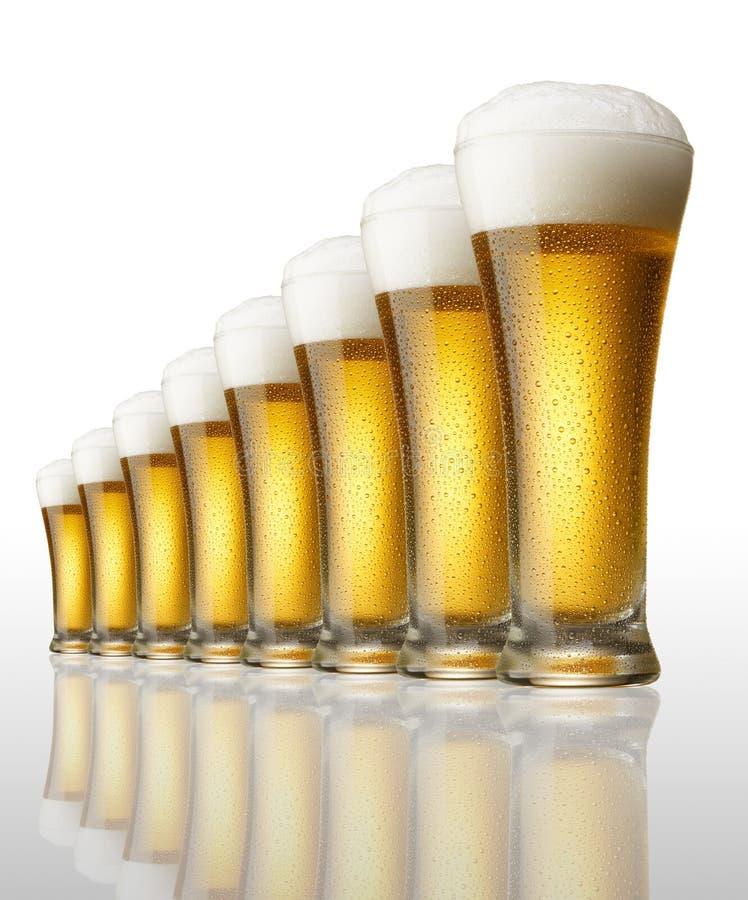 Ocho vidrios de cerveza imagen de archivo