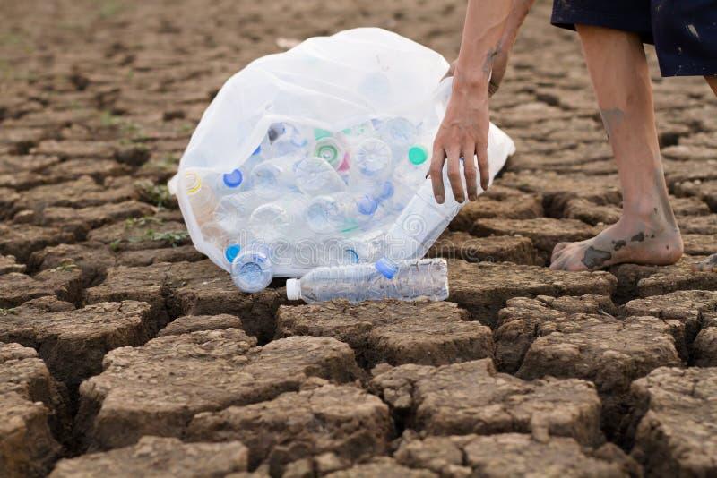 Ochotniczego młodego człowieka czyści rzeka i plaża obraz stock