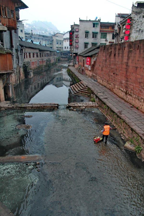 Ochotniczego utrzymania czysty kanał w antycznym miasteczku obrazy stock