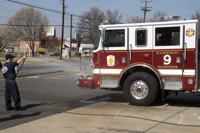 Ochotniczy strażak myje firetruck zdjęcia royalty free