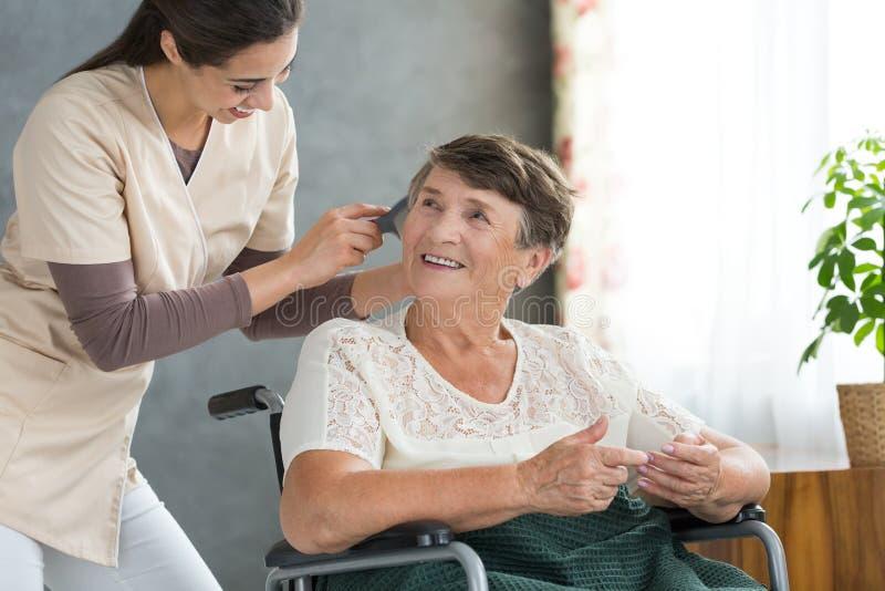 Ochotniczy szczotkować emeryta ` s włosy zdjęcia stock