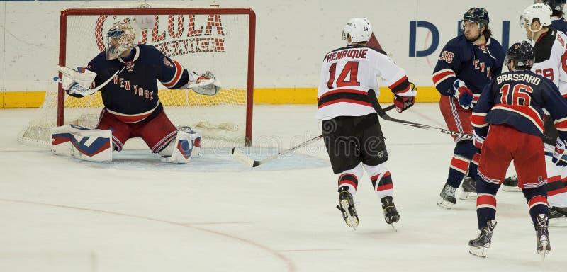 Ochraniać sieć--Hokejowa akcja przy ogródem obraz stock