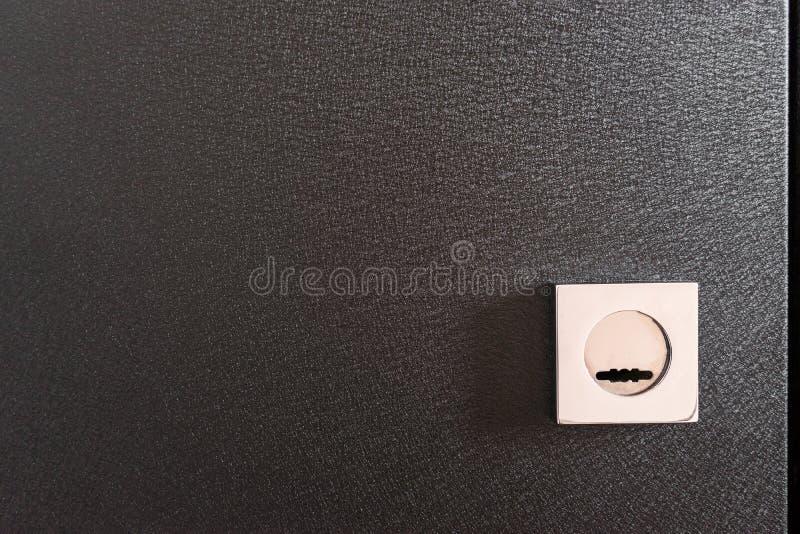 ochraniacza kędziorek na czarnym metalu drzwi, domowa ochrona zamknięta w górę fotografia stock