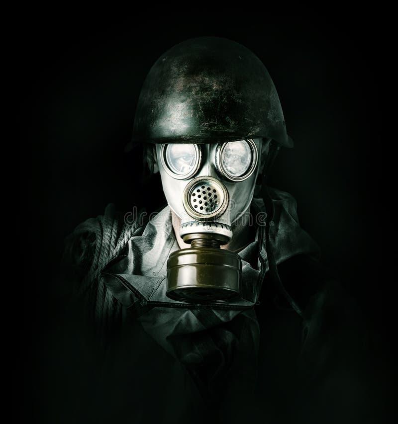 Ochrona środowiska. Mężczyzna w masce gazowej zdjęcia stock