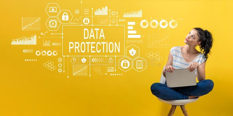 Ochrona danych z kobietą używa laptop zdjęcie stock