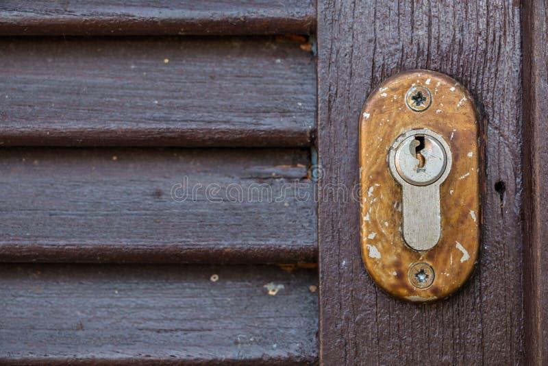 Ochrona kędziorek dla starego drewnianego drzwi w ogródzie fotografia royalty free