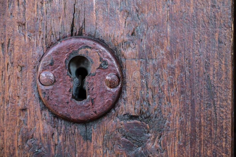 Ochrona kędziorek dla starego drewnianego drzwi w ogródzie obrazy royalty free