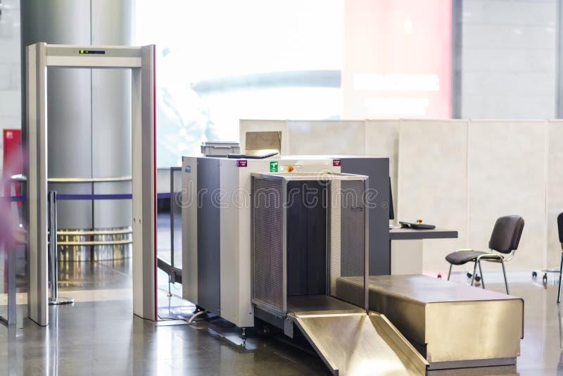 Ochrona lotniska czeka punkt z wykrywaczem metalu fotografia stock