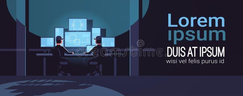 Ochrona pracownicy ogląda wideo inwigilacji kamerę na monitorze w kontrolny monitorowanie bezpieczeństwa centrum zmroku chronią p royalty ilustracja